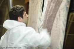 После чистки ковра, когда он еще мокрый, эксперт проверяет качество