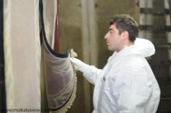 эксперт по чистке ковров определяет состав ковра